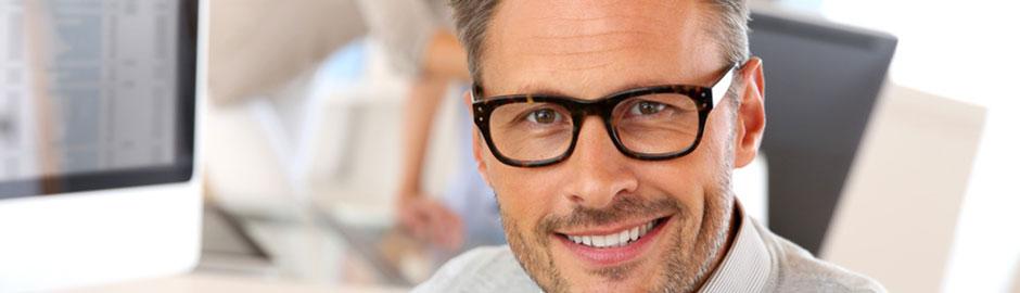 Mann mit Brille schaut in die Kamera