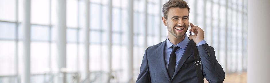 Mann im Anzug telefoniert mit Smartphone