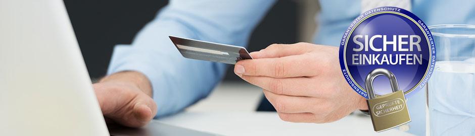 """Mann vor PC hält Kreditkarte in der Hand und Button: """"Sicher Einkaufen"""""""