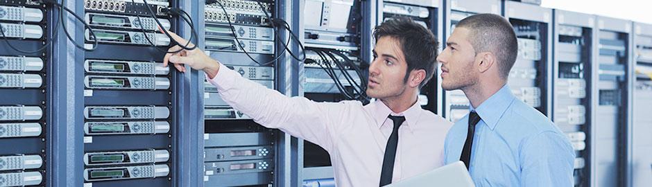 Zwei Männer in einem Technik-Raum