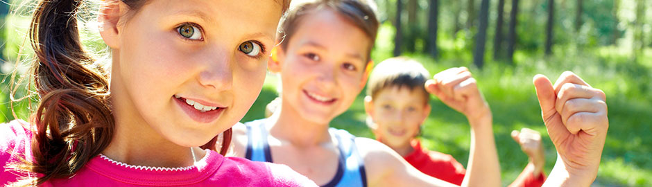 Drei Kinder symbolisieren Stärke mit ihrem Arm