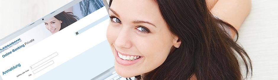 Frau vor Laptop beim Online-Banking-Login