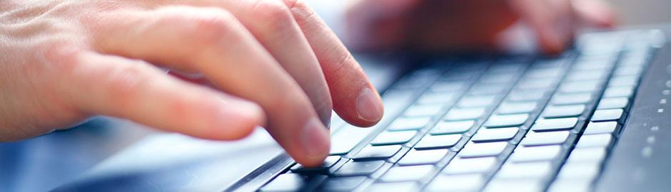Finger tippen auf PC-Tastatur